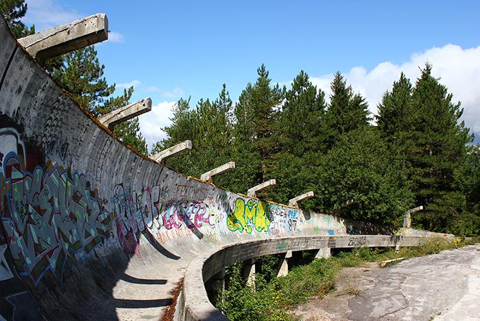 Verfallene Bobbahn der Olympischen Winterspiele von 1984 am Hang des Trebevic oberhalb  von Sarajevo. Foto: Wikimedia Commons/Julian Nitzsche/CC BY-SA 3.0