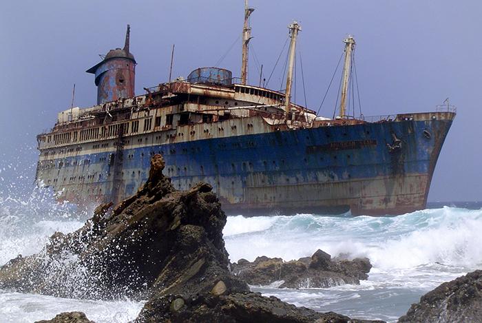 Wrack der SS America von der Landseite aus gesehen (2004). Foto: Wikimedia Commons/Wollex/CC BY-SA 3.0