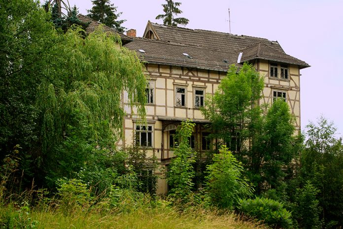 Sanatorium waldhaus soll dorfzentrum platz machen for Modernes waldhaus