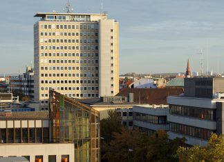 Das Hochhaus der Nürnberger Stadtwerke (ehemals EWAG, 2013) am Plärrer in Nürnberg