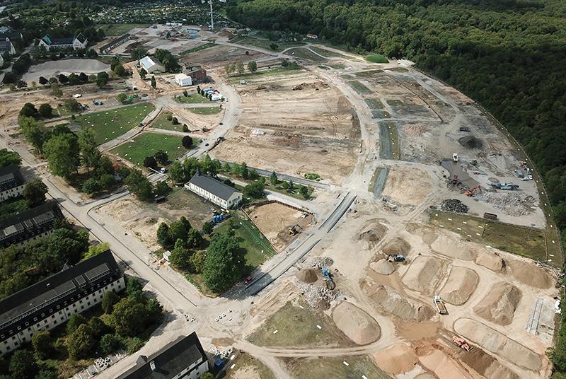 Die Erschließungsarbeiten laufen auf Hochtouren, die alten Lagerhallen sind inzwischen weitgehend abgerissen worden (Luftbild Stand 08/2019). Foto: Stadt Hanau